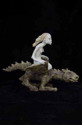 femme cavaliere sur le dragon52x70x27